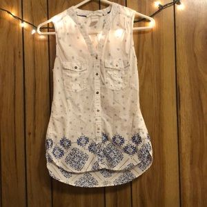 White, sleeveless button down top w/ blue accents